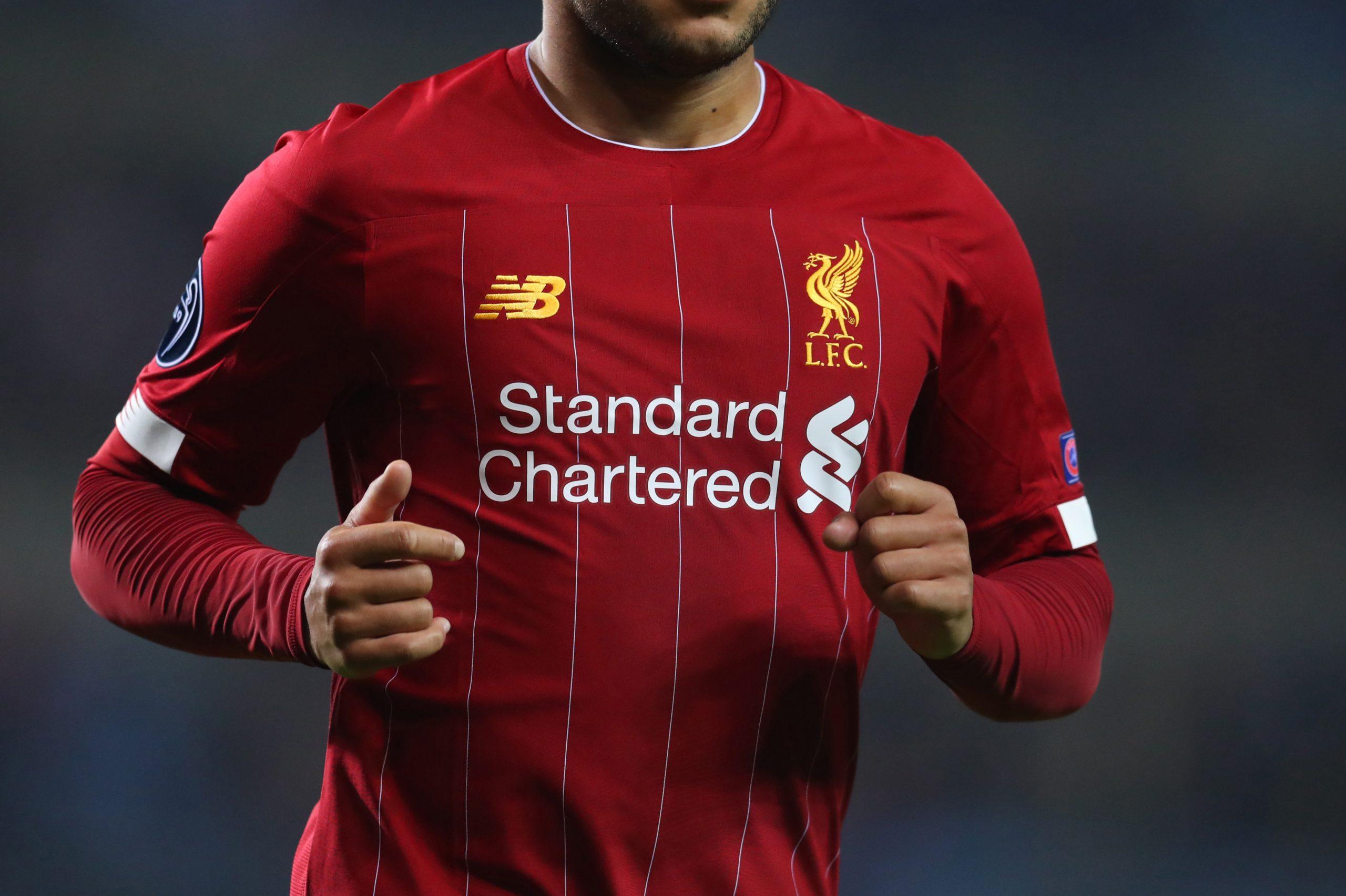 Maillot Liverpool FC sponsor Standard Chartered